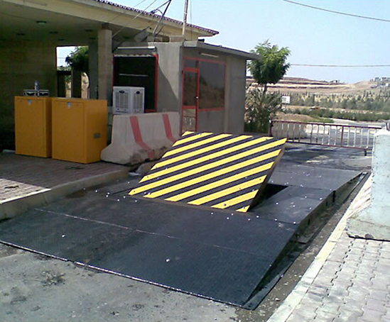 High-security surface road blocker