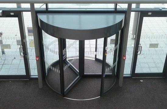 Automatic 3-wing revolving entrance door