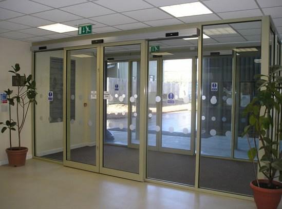 Compact sliding door drive