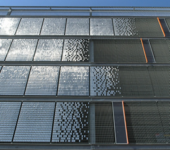 Grating with small wind-animated stainless steel panels