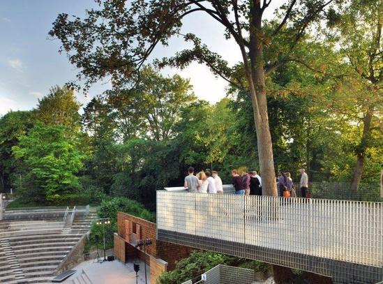 Structural balustrade designed for crowd loading