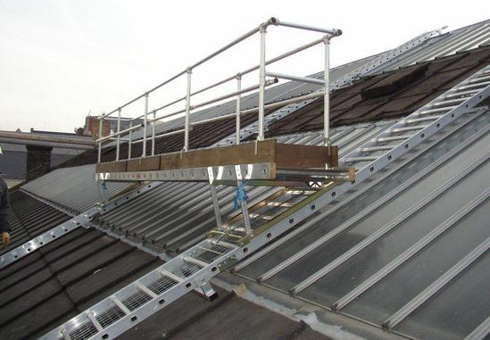 Roof-Walk rolling work platform for fragile roofs
