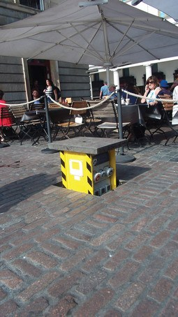 Pop-up power supply for outdoor public space