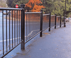Linx™ 200 railing with stainless steel cap