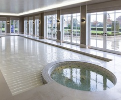 Award winning integrated pool & spa with slatted cover