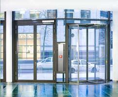 Automatic revolving door system and swing door drive