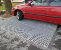 Tree root bridge with heel-safe mesh grid surface