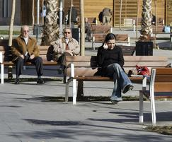The backless bench is a complement to the NeoRomántico