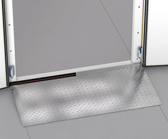 Heated ramp for low temperature door without threshold