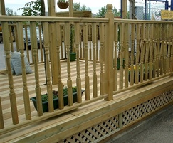 Q Deck® Plus Colonial spindle balustrades