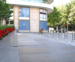 Stainless steel grating for pedestrian use