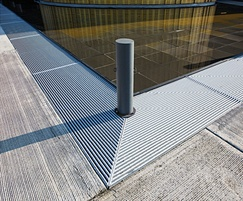 Barrot grating with U-profile for pedestrian comfort