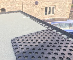 Grassroof overlay paving system for flat roofs