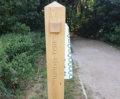 Oak waymarker post with finger arm